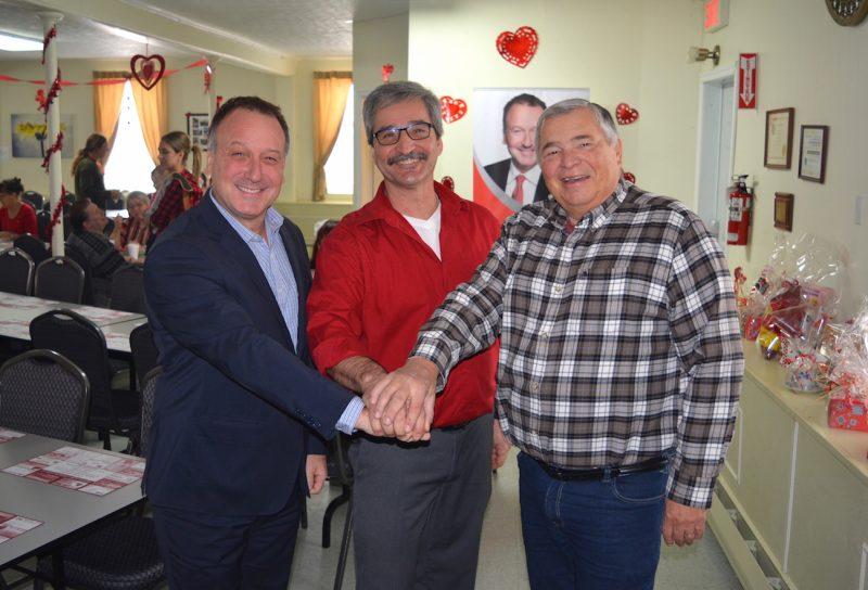 Le député de Shefford, Pierre Breton, a remis dimanche une aide financière de 11 700 $ à la Fabrique Sainte-Famille afin d'améliorer l'accessibilité au centre communautaire. De gauche à droite: M. Breton, Gilles Mercier (responsable de cet endroit) et le maire Derek Grilli.