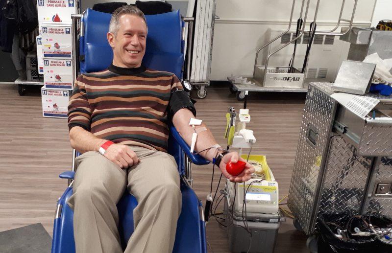 Robert Beauchemin, représentant publicitaire à La Pensée de Bagot, a récemment fait son 100e don de sang lors d'une collecte de Héma-Québec à Valcourt.