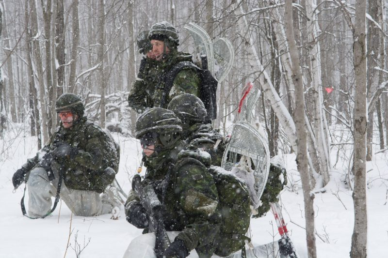 Plus de 150 réservistes du Groupe-bataillon territorial/Montréal ont participé sous la neige, jeudi, à un exercice militaire à Acton Vale. (photo courtoisie 34e Groupe-brigade du Canada)