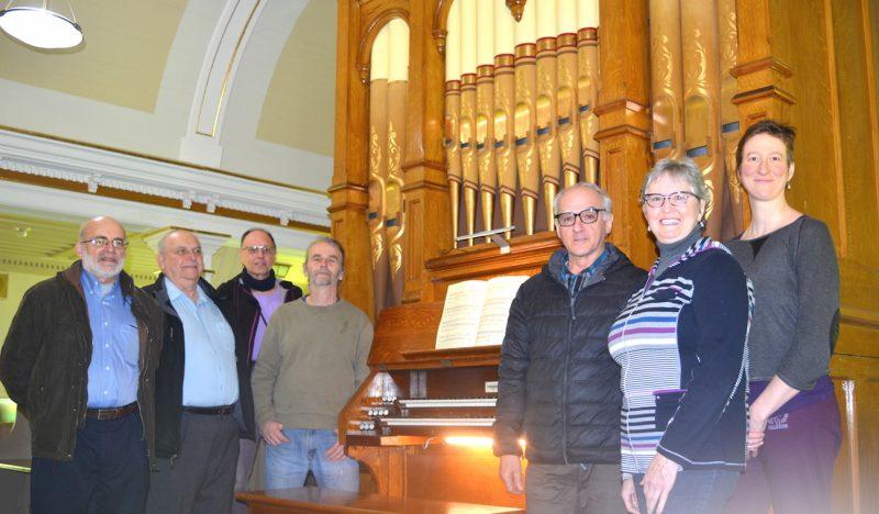 L'église Saint-Fulgence de Durham-Sud bénéficie d'un orgue Casavant datant de 1909, restauré en début d'année et valant environ 700 000 $. On voit ici Jean Falaise et Joseph Chichio (comité de l'orgue), Pierre Paré (bénévole), Martin Couture, Germain St-Pierre et Gisèle Martin St-Pierre (comité de l'orgue) ainsi que Mylène Vallée (bénévole).