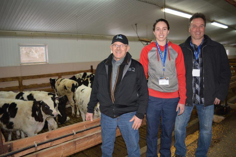 Les Producteurs bovins du Québec lancent une campagne afin d'augmenter les ventes de la viande de boeuf. On voit ici Jean Marc-Ménard, président pour l'organisme en Montérégie-Est ainsi que Jocelyn Grenier, propriétaire d'une ferme de Sainte-Christine, et sa fille Audrey.