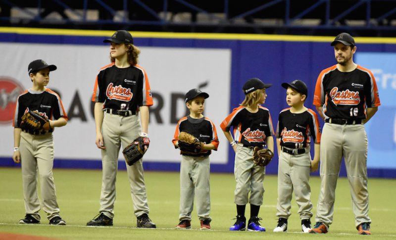 Quelques joueurs de l'Association du baseball mineur de la région d'Acton ont vécu une expérience extraordinaire, en étant présentés sur le terrain lors de l'avant-match opposant les Blue Jays de Toronto aux Cardinals de Saint-Louis. (photo: Antoine Meunier photographe sportif)