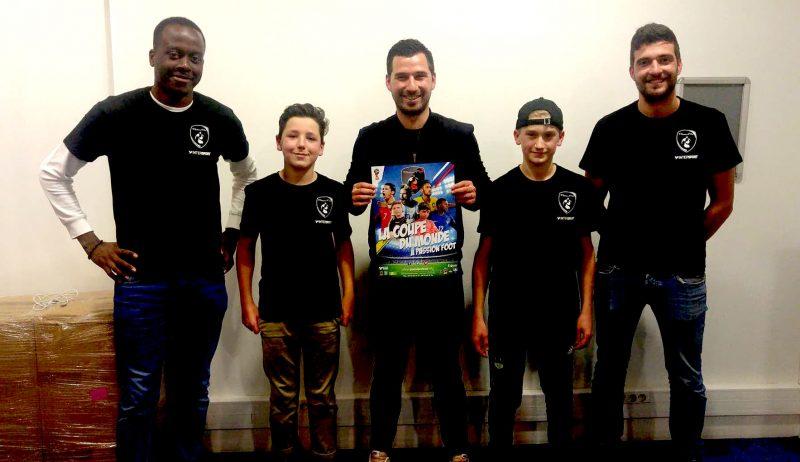 Benjamin Morin et Justin Vincelette ont adoré leur expérience française. Ils posent avec trois entraîneurs français de Passion Foot qui les ont accueillis lors de leur séjour.