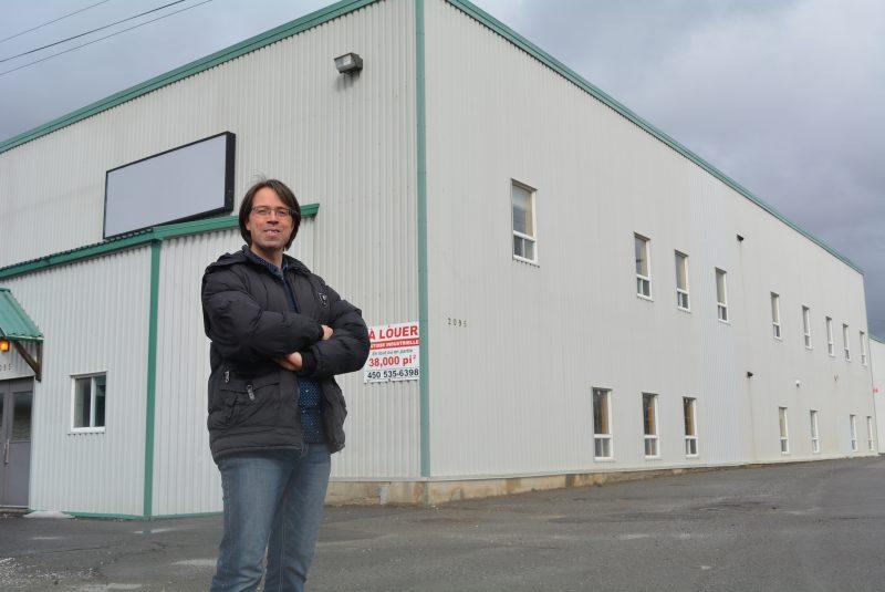 Ian Fournier pose ici à l'intérieur du motel industriel de Lawrenceville, qui abritera sous peu l'Usine à spectacles.
