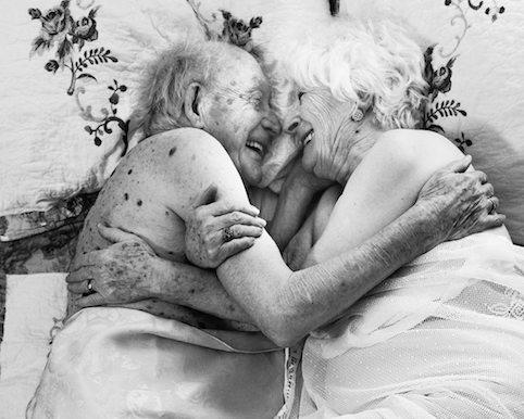 Christine et Paul Houle, de Sainte-Christine, ont participé avec joie à son projet sur la sensualité et la beauté des femmes âgées de 70 ans, présenté en primeur mondiale à Upton cet été. (photo Arianne Clément, recadrée pour la version Wordpress)