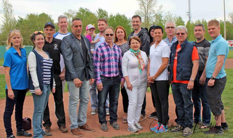 Plus de 400 personnes, dont les dignitaires et les commanditaires, sont venus encourager les Castors pour leur première rencontre de la saison. (photo Nathalie Miclette-LBMQ)