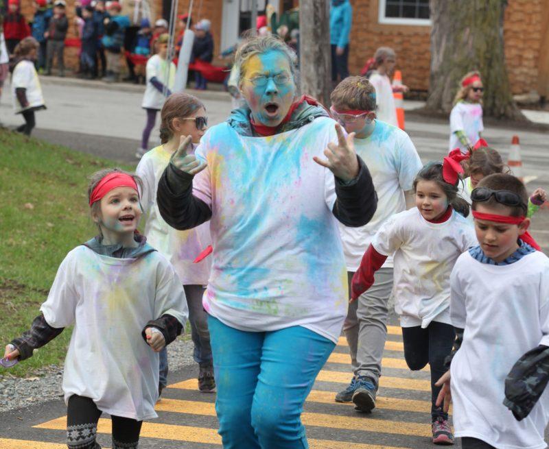 La course des couleurs de la Commission scolaire de Saint-Hyacinthe, qui s'est tenue à l'école Saint-Jean-Baptiste de Roxton Falls le 1er mai, a parfaitement répondu aux attentes en accueillant plus de 2200 personnes. (photo courtoisie Robert Gosselin/Le Courrier)