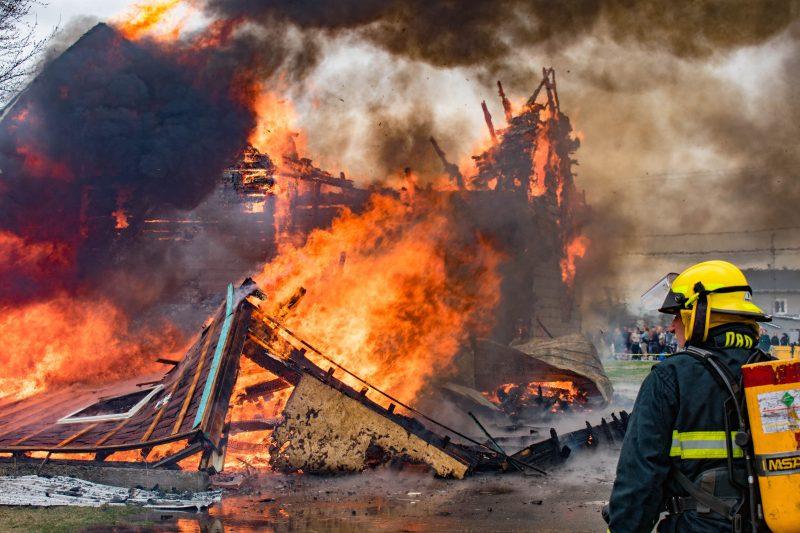 Une résidence de la rue d'Acton a été ravagée par les flammes, dans le cadre d'un exercice de mises à feux, par le Service de sécurité incendie d'Acton Vale et de Saint-Théodore-d'Acton. (photo William Bombardier / Priorité 1 Photographie)
