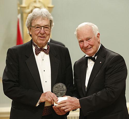 Alain Guilbert, photographié au mois d'août 2014 en compagnie de David Johnston, Gouverneur général du Canada, lors de la remise du prix Michener-Baxter à Rideau Hall. (Photothèque Le Courrier)