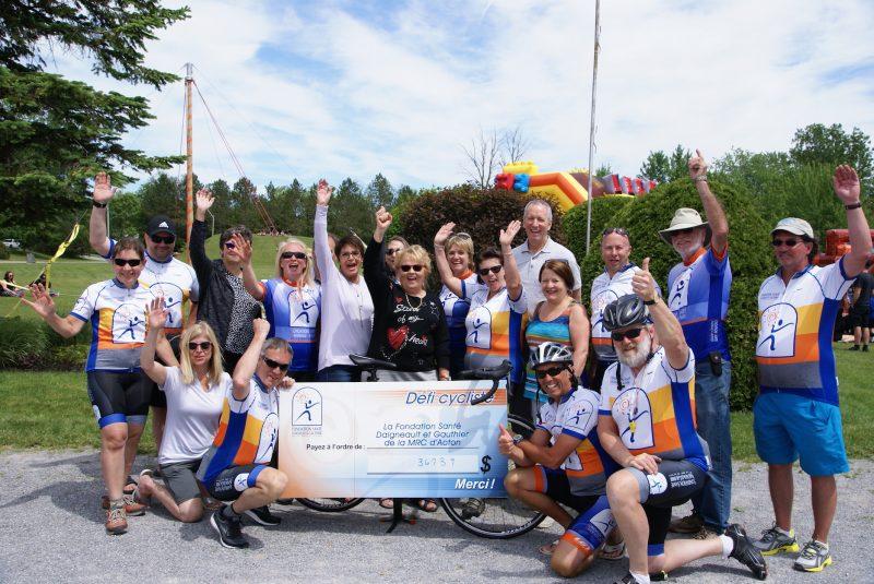 Plusieurs membres de la Fondation Santé Daigneault-Gauthier et partenaires du Défi cycliste ont célébré le record établi dimanche, avec un montant amassé de 36 739 $. (photo Sylvie Gagné)