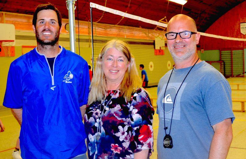 L'école Roger-LaBrèque d'Acton Vale bénéficie d'améliorations importantes à son gymnase, ce qui permet d'élargir le nombre de sports proposés aux élèves. On voit ici les enseignants en éducation physique Jean-Michel Ghiasson et Martin Ouellette en compagnie de la directrice Brigitte Sarrazin.