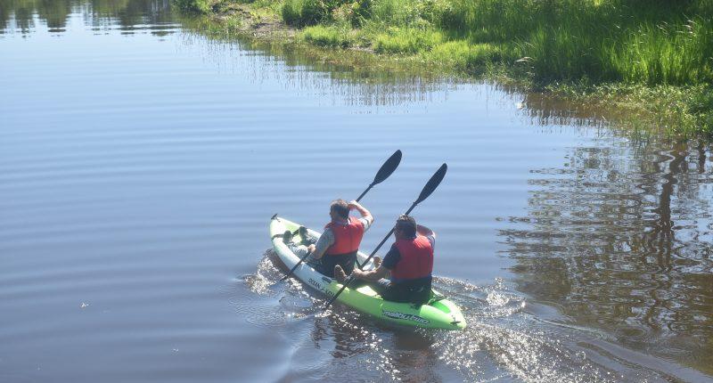 La location de kayaks sera de retour à Acton Vale dès le 23 juin. On voit ici le maire Éric Charbonneau et Stéphane Chagnon, directeur des Services culturels et sportifs lors d'une promenade l'an dernier sur la rivière Le Renne.