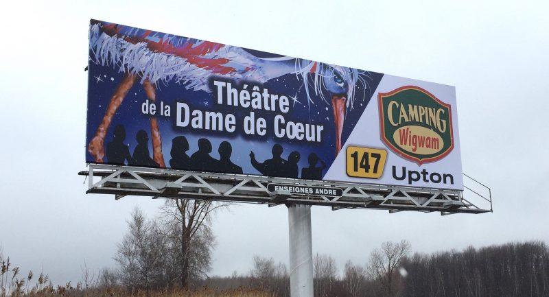 Une enseigne, située sur l'autoroute 20 à proximité de la sortie 147, fait la promotion du Théâtre de la Dame de Cœur et du Camping Wigwam d'Upton.