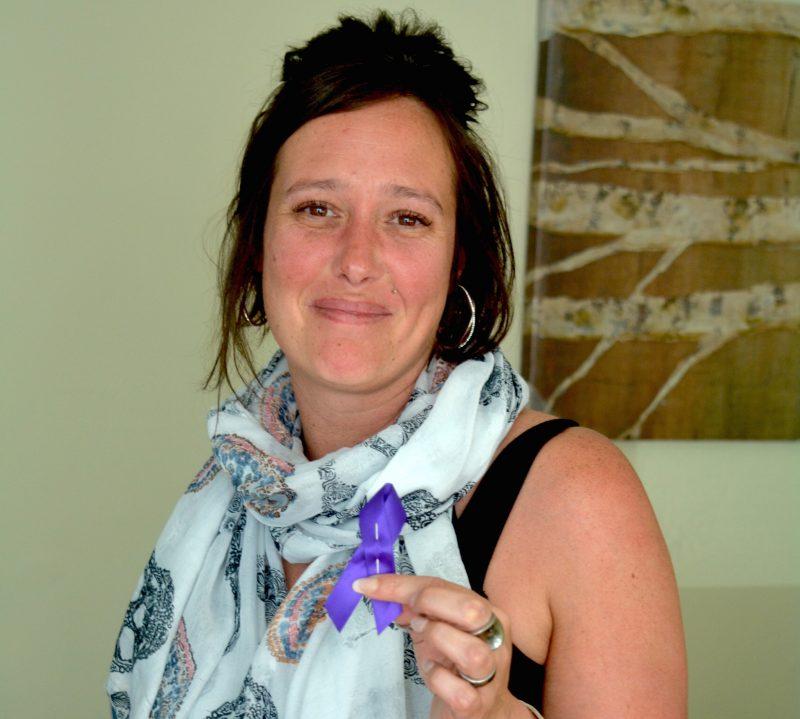 Mélanie Cartier, de l'organisme Horizon Soleil, tient ici un ruban mauve, symbole de solidarité dans le cadre de la Journée mondiale de sensibilisation à la maltraitance des personnes âgées.