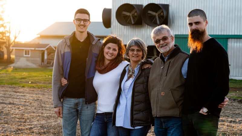 L'élevage de poulets à temps plein, un choix judicieux pour la famille Arsenault